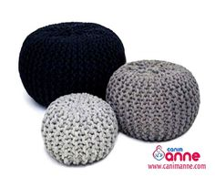 Free crochet floor pouf tutorial with step by step video. Ribbed style floor pouf with easy drawstring insert made from 2 pillow cases. Knitting Kits, Hand Knitting, Hand Crochet, Round Seat Cushions, Crochet Design, Design Youtube, Knitted Pouf, Nordic Interior, Tunisian Crochet