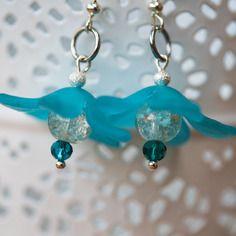 Paire de boucles d'oreille fleur dans les tons de bleu; crolle en acrylique, perle craquelée et perles de verre