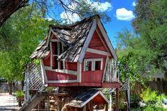 ¿Quién no soñó cuando era chico en construir una casa en un árbol? Algunos incluso logramos hacerlo, pero dificilmente creo que alguno de nosotros haya hecho algo como estas que presentamos aquí.