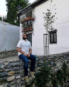 Hay sitios que te enseñan cosas nuevas cada vez que pasas por ellos.  #Granada #me #men #travel #travelphotography #ootdmen