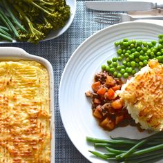 My delicious cottage pie recipe - Beef and root vegetables in a rich gravy topped with mashed potatoes and melted cheese. Cottage Pie Recipe Beef, Legumes Recipe, Pub Food, How To Cook Steak, One Pot Meals, Pie Recipes, Irish Recipes, Recipies, Healthy Dinner Recipes