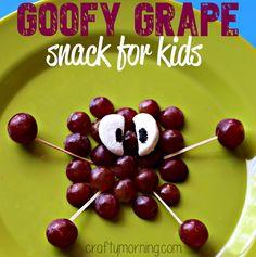 Crafty Morning Goofy Grape Snack For Kids Crafty Morning Cute Kids Snacks, Kid Snacks, Toddler Snacks, School Snacks, Cute Food, Good Food, Healthy Halloween Snacks, Halloween Treats, Chocolate Covered Raisins