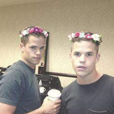 carver twins with flower crowns Teen Wolf Twins, Teen Wolf Actors, Teen Wolf Mtv, Teen Wolf Funny, Teen Wolf Memes, Teen Wolf Dylan, Teen Wolf Stiles, Teen Wolf Cast, Cub Scouts