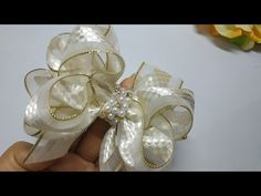 Laço Especial Ano Novo #ManuArtes - YouTube Ribbon Art, Diy Ribbon, Ribbon Crafts, Ribbon Bows, Homemade Bows, Baby Hair Bands, Organza Flowers, Boutique Hair Bows, Bow Tutorial