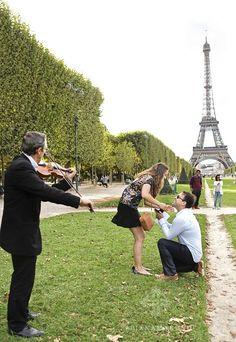 Pedido de Casamento em Paris. Tudo armado para surpreender a namorada. #Noivado #SayIDo Acesse http://noivadeevase.com/pedido-de-casamento-em-paris-alvim-e-kyev/