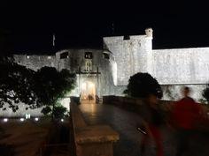 Entrada para muralha à noite-Dubrovnik