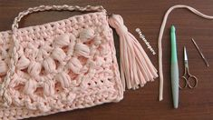 Bolso clutch de una pieza tejido en trapillo o totora con crochet XL - Tejiendo Perú Crochet Crop Top, Crochet Lace, Crochet Stitches, Crochet Patterns, Hobbies And Crafts, Diy And Crafts, Crop Top Pattern, Sisal, Merino Wool Blanket