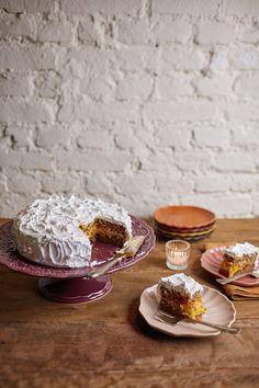 A torta de nozes é um clássico da família da Rita. Chama torta mas na verdade é bolo, com massa de nozes, recheio de baba de moça e cobertura de merengue. É a sobremesa certa para grandes comemorações. É chique e muito gostosa. Cafe Restaurant, Restaurant Recipes, Portuguese Recipes, Vegan Options, Rita Lobo, Family Meals, Cupcake Cakes, Dairy Free, Cake Recipes