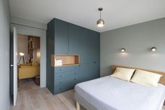 closet layout 439312138648136430 - Bertrand Fompeyrine Photography Source by obouhours Home Room Design, Interior, Home Decor Bedroom, Apartment Interior, Bed Furniture Design, Bedroom Closet Design, Home Decor, House Interior, Bedroom Bed Design