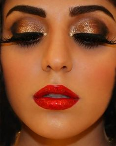 Dramatic make-up: gold sparkly eyes and red lips. my Halloween make up Love Makeup, Makeup Tips, Makeup Looks, Pretty Makeup, Makeup Ideas, Gorgeous Makeup, Makeup Tutorials, Gorgeous Eyes, Perfect Makeup