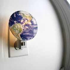 Wat is er mooier dan staren naar onze planeet? Helemaal als je er je bed niet voor uit hoeft ;-) Hebben: Earth Night Light