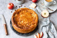 Oma's Apfel-Quark-Kuchen, ein saftiger Käsekuchen ohne Boden mit Apfel und Grieß. Sehr einfach und lässt sich gut vorbereiten. Cakes And More, Camembert Cheese, Pancakes, Food And Drink, Pie, Breakfast, Desserts, Pasta With Tuna, Bakken