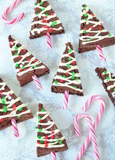 Kerstboom brownies (Laura's Bakery) - - - Christmas Food Treats, Xmas Food, Christmas Cupcakes, Christmas Sweets, Christmas Goodies, Holiday Cookies, Christmas Candy, Christmas Baking, Christmas Tree Brownies