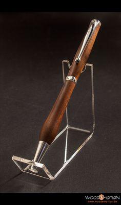 Dieser formschöne handgefertigte #Kugelschreiber aus #Nussbaum ist ein Einsteigerangebot. Es handelt sich hier um einen eleganten Drehkugelschreiber, der wunderbar in der Hand liegt.