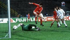 Eric Black scores for Aberdeen in the 1983 European Cup Winners' Cup Final against Real Madrid.