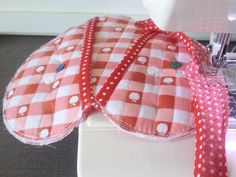 Quilted heart pot holder: so cute, uses many small scraps of fabric! Potholder Patterns, Quilt Patterns, Sewing Patterns, Valentine Day Crafts, Valentine Heart, Easy Sewing Projects, Sewing Crafts, Tutorial Diy, Quilted Potholders