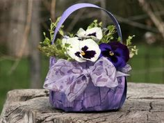 Here are some Merry May Day Baskets to Make! May Day baskets are usually handmade, and can be as simple as a sheet of paper rolled into a cone. Diy Flowers, Flower Pots, Flower Baskets, Fresh Flowers, Paper Plate Basket, Paper Plates, Christmas Gifts For Kids, Christmas Diy, Diy Wedding Binder