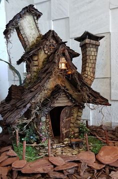 Casinha feita com: papelão, cimento com cola e biscuit. Biscuit, Cabin, Halloween, House Styles, Home Decor, Fairy Garden Furniture, Craftsman Homes, Recycled Materials, Cement