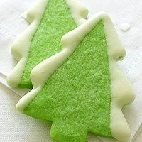 This would be an easy way to decorate Christmas cookies - could put sprinkles on the frosted edges, too! - Click image to find more Holidays & Events Pinterest pins