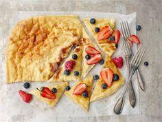 Rahkapannari. Hetkessä pannari, jonka voi nauttia hyvillä mielin. Pannarin voi toki tarjota perinteisesti kermavaahdon ja hillon kera, mutta terveellisemmän välipalan tai jälkiruoan saat tuoreiden marjojen tai kevyesti sokeroidun marjasurvoksen kanssa. Healthy Baking, Healthy Recipes, My Cookbook, Superfood, Sweet Recipes, Goodies, Food And Drink, Yummy Food, Sweets
