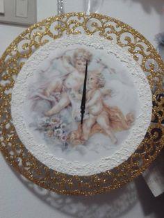 orologio realizzato su una base d legno..lavorazione dècoupage e altri materiali.
