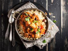 Tagine on peräisin Marokosta, Pohjois-Afrikasta. Taginella tarkoitetaan sekä kaksiosaista, kannellista savipataa että siinä valmistettua ruokalajia.