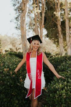 College Graduation Pictures, Graduation Picture Poses, Graduation Portraits, Graduation Photography, Graduation Photoshoot, Grad Pics, Senior Photography, Graduation Pose, Grad Pictures