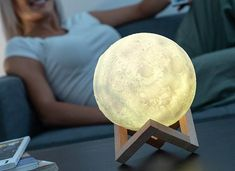 InnovaGoods InnovaGoods Rechargeable LED Moon Lamp If you are somebody who is enchanted by the moon, you will love the new InnovaGoods Home LED rechargeable . 3d Design, Moon Design, Creative Design, Lampe Led Rechargeable, Led Lampe, Led Projektor, Post Bank, Cactus Light, Lampe Decoration