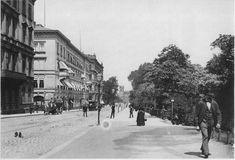 Hier ist ein Blick nach Norden in die Goethestraße nahe der Ecke zur Ritterstraße. Links angeschnitten das Königliche Palais (s.u.), dann ein palastartiges nicht erhaltenes Bauwerk des Spätklassizismus/Historismus, zu dem ich nichts weiteres sagen kann, dann der noch mächtigere Bau der Allgemeinen Deutschen Kredit-Anstalt von 1871 (Kriegsverlust), und im Hintergrund der Magdeburger Bahnhof (1912 abgerissen)