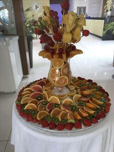 New fruit bouquet ideas fun ideas Fruit Tables, Fruit Buffet, Fruit Dishes, Fruit Display Tables, Fruit Centerpieces, Edible Arrangements, Fruit Decorations, Party Trays, Snacks Für Party