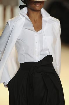 Carolina Herrera-Absolutely love the classic white shirt Black And White Outfit, Black White Fashion, Fashion Details, Look Fashion, Womens Fashion, Fashion Clothes, Fashion Tips, Carolina Herrera, Estilo Glamour