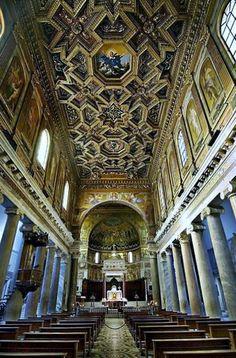 Interior de la iglesia del Trastevere Roma Italia
