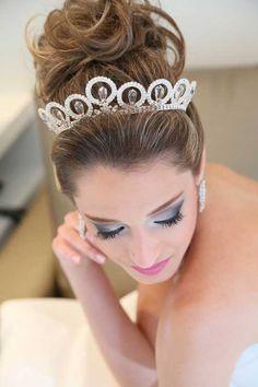 Fotos-de-Penteados-com-Coroa-de-Princesa-para-Noivas.jpg (500×750)