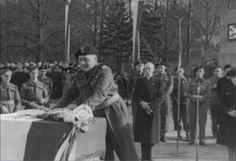 General Stanislaw Maczek. Overdracht van het door Breda geschonken vaandel aan het 8e bataljon infanterie van 1e Poolse Pansterdivisie ter gelegenheid van de eerste verjaardag van de bevrijding van Breda 28 Okt 1945. Aldus het Archief.