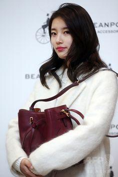 韓国・ソウル(Seoul)で行われた、アクセサリーブランド「ビーンポールアクセサリー(Bean Pole Accessory)」主催のサイン会に臨む、ガールズグループ「Miss A」のスジ(Suzy、2014年12月7日撮影)。(c)STARNEWS ▼12Dec2014AFP|Miss Aのスジ、アクセサリーブランド主催のサイン会に出席 http://www.afpbb.com/articles/-/3033837 #Miss_A_Suzy #미쓰에이_수지 #Bae_Sue_ji #Bae_Suzy #배수지 #裵秀智