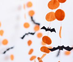 herbstdeko fenster kinder This orange and black felt garland with bats perfect for halloween party decoration. Best finising touch for ,doorway,dress up a window,mantle, armoi Spooky Halloween, Halloween Tipps, Happy Halloween, Halloween Mignon, Table Halloween, Halloween Fotos, Halloween Decorations For Kids, Halloween Party Decor, Holidays Halloween