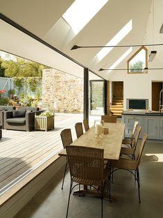全開口のスライドドアとウッドデッキの屋外リビング | 住宅デザイン