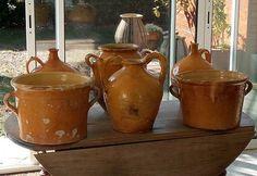 Tout en jaune. Réserves pour l'eau du quotidien cruche anses torsadées, plongeons et grand pot pour les confits #poterie #pottery #cruche #jug #brocante #antik #glazed-pottery #French-pottery #bolw #terracota #vernissee #jarre #XIXemebolw,jarre,brocante,antik,cruche,glazed,pottery,jug,poterie,xixeme,vernissee,french,terracota