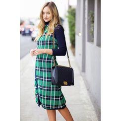 Pin for Later: Alle Styling-Tricks, um Kleider auch im Winter zu tragen Ein gemustertes Kleid über einem Rollkragenpullover