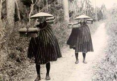 Merchants with balancing poles / Japan / Old Pictures, Old Photos, Vintage Photos, Vintage Japanese, Japanese Art, Japanese Farmer, Japan Landscape, Photo Recreation, Japanese Warrior