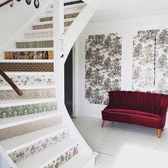 Charmigt, personligt och vackert på samma gång! Har du tapetstuvar över så kan du skapa stilen som finns hemma hos @strommafarmlodge ✨ Hon har en B&B och det finns 4 rum på ovanvåningen som heter Junis, Ada, Signhild och Astrid efter fyra starka kvinnor. 👜 Tapetbitarna i trappen blir en vacker kontrast till vitmålat golv, tak, trappa och väggar. ✨