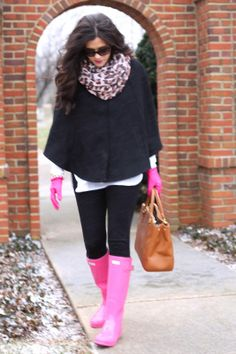 Nice way to blend pink into this outfit. Preppy Mode, Preppy Style, Style Me, Style Blog, Pink Hunter Boots, Pink Boots, Rainboots Hunter, Fur Boots, Fall Winter Outfits