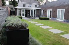 Seniorentuin, onderhoudsvriendelijk! Waterelement, tuinbeeld, tuinhuis, bloemen en bloembakken.