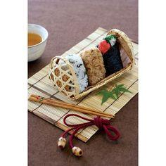 サイズ:17.5×9.5×H9cm(篭)折り畳むとH2.5cmになります。材質:天然竹セット内容:篭×1個・すだれ×1枚・結び紐×1本・天然竹の皮×5枚