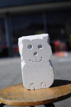 Beeldhouwen: door steeds materiaal we te halen een vorm in model brengen. Dat materiaal kan zijn: steen, gips, piepschuim, hout, ijs of zand