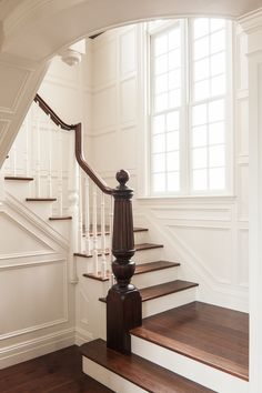 He Who Loves an Old House — georgianadesign: Private beach residence, Maine. Foyer Staircase, White Staircase, Entry Stairs, Staircase Design, Fresh Farmhouse, Farmhouse Chic, White Farmhouse, Beautiful Stairs, Beautiful Homes