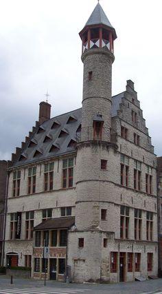 Op deze plaats verhandelden grauw (pels en bont)- en lammerwerkers (schapenvellen) begin 14e eeuw hun handelswaar in een houten constructie.  Anno 1422 kochten de huidenvetters de woning op en verkreeg het de naam van huidevettersneringhuis. Het werd ook wel de collatiezolder genoemd doch diende het nooit tot vergaderplaats van de instelling.  In 1451 werd het houten huis vervangen door een woning in steen. Het torentje werd in 1483 toegevoegd.