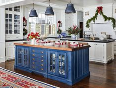 Red Home Decor Accents . Lovely Red Home Decor Accents . Christmas Decor for Blue and White Rooms Traditional Decor, Traditional House, Cobalt Blue Kitchens, Red Home Decor, Christmas Kitchen, Christmas Decor, Blue Christmas, Cozy Christmas, Beautiful Christmas
