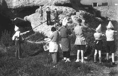 Niños jugando a fusilamientos durante la Guerra Civil (Children playing shooting game in the Spanish Civil War)