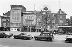 Het gebouw waar van der Looy op staat is een wederopbouwmonument uit 1957. Het smalle huis naast Rooymans is Amsterdamse school en een rijksmonument.